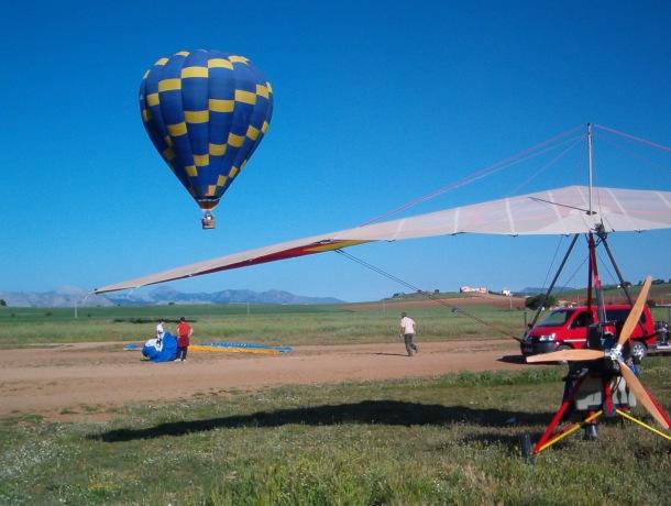 José Durán lleva años volando en ala delta, ultraligero, parapente y paramotor. Su vuelo más largo duró tres horas y llegó a recorrer 200 kilómetros. Esta foto es tras su aterrizaje. Foto: JOSÉ DURÁN