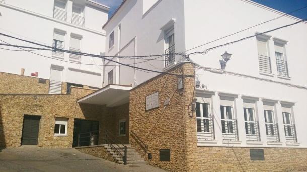 Imagen exterior de la Residencia de Setenil, que cuenta con una capacidad de 40 plazas. En estos momentos, hay 15 vacías. Foto. ÁNGEL MEDINA LAÍN.