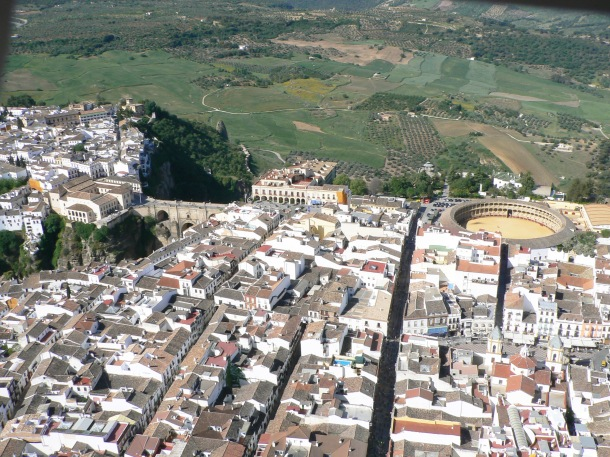 Vista desde la meseta de Ronda a la campiña y a Ronda la Vieja, ese maravilloso conjunto arqueológico que nos recuerda nuestra proximidad histórica con la ciudad del Tajo. Foto. JOSÉ DURÁN