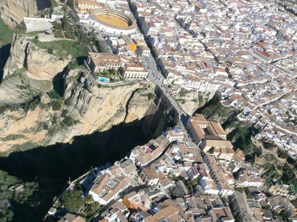 José Durán ha fotografiado en sus múltiples vuelos en ala delta, ultraligero o parapente la comarca de Setenil y Ronda. En esta imagen, vemos los dos símbolos de Ronda, el Tajo y la Plaza de Toros. Fotot: JOSÉ DURÁN