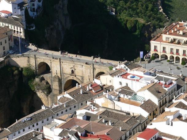 Preciosa perspectiva del Puente Nuevo, integrado (o integrando) en la ciudad. Foto: JOSÉ DURÁN
