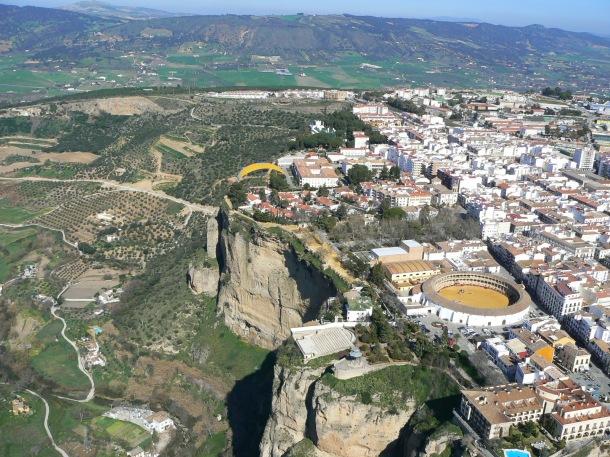 El conocido Tajo constituye con la Plaza de Toros de Ronda el símbolo de una ciudad a la que hemos ido en La Gastoreña, a dedo, corriendo, en bici, en coche... y ahora en paramotor. Foto: JOSÉ DURÁN.