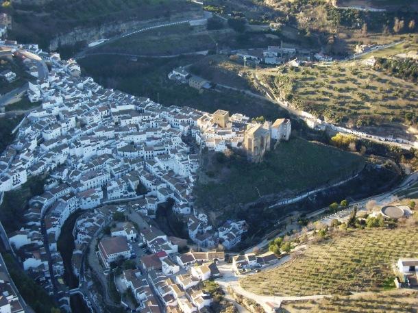 """Vista aérea de Setenil tomada en un vuelo de Jose Durán """"El Mecánico"""", con la iglesia apuntalada hace unos dos años. Foto: JOSÉ DURÁN"""