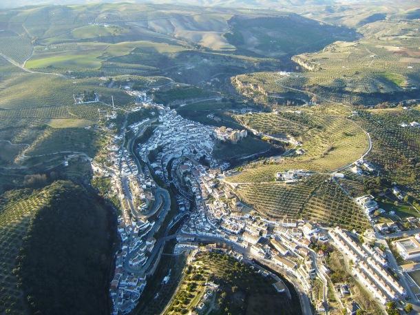 """Vista del término urbano de Setenil, desde El Vizcaíno hasta prácticamente Trejo, tomada durante uno de los vuelos de José Durán """"El Mecánico"""". Foto: JOSÉ DURÁN"""