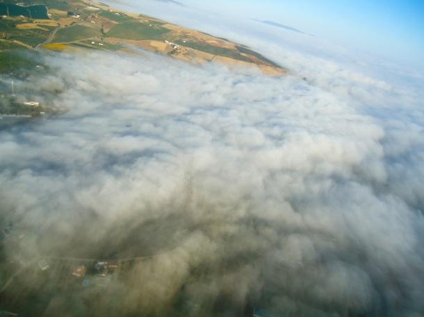 José Durán, volando sobre las nubes que cubren Setenil. ¡Menudo lujo! Foto: JOSÉ DURÁN