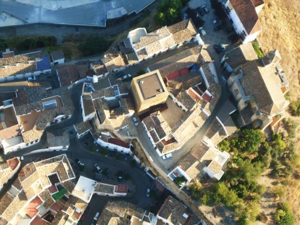 Perfil desde el aire del Torreón recién restaurado, la Villa, la Plaza... Se aprecia perfectamente el trazado de la antigua fortaleza medieval. Foto: JOSÉ DURÁN.