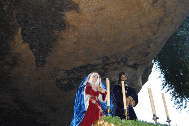 Las imágenes de Padre Jesús y Nuestra Señora de la Soledad, bajo la imponente montera de Las Cuevas del Sol. Foto: ÁNGEL MEDINA LAÍN.