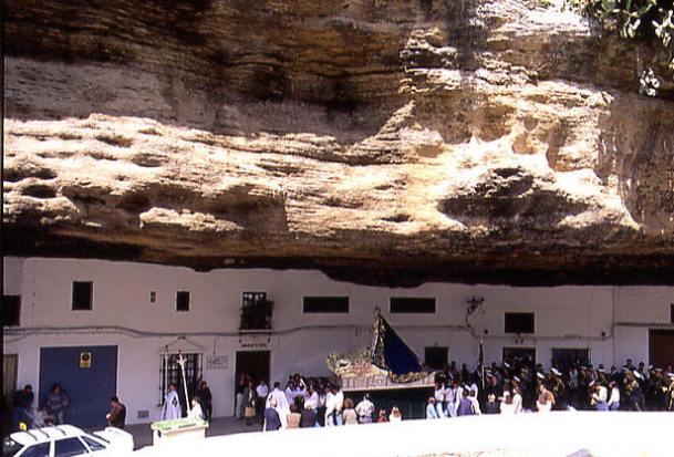 La Virgen del Rosario, bajo el imponente tajo de las Cuevas del Sol, durante la procesión del Domingo de Resurrección. Foto: MARIO GARCÍA VARGAS.