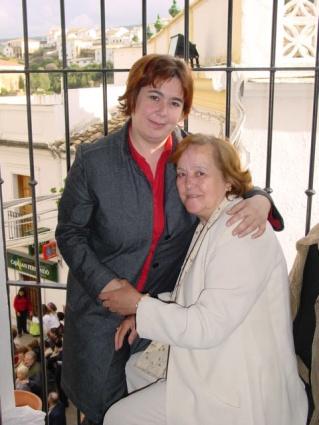 Anita Ordóñez, arropada por su hija Encarni.