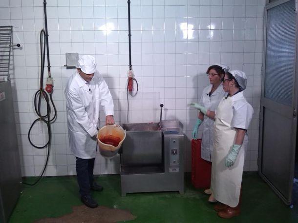 """Cremades, en la cooperativa """"Los Montes de Setenil"""". Foto cedida por """"Éste es mi pueblo"""""""