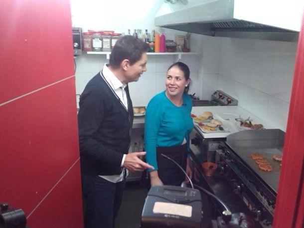 """Rafael Cremades atiende las explicaciones de Paqui en la cocina del Bar Sol y Sombra. Foto cedida por """"Éste es mi pueblo"""""""