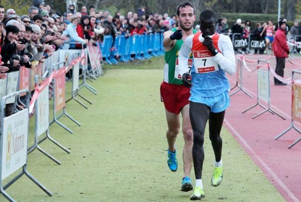 Iván Fernández Anaya, en una imagen que dio la vuelta al mundo. No quiso ganar un cross al keniano Mutai que se equivocó de meta. Fue el 2 de diciembre de 2012 en el Cross de Burlada (Navarra). Foto: DIARIO DE NAVARRA