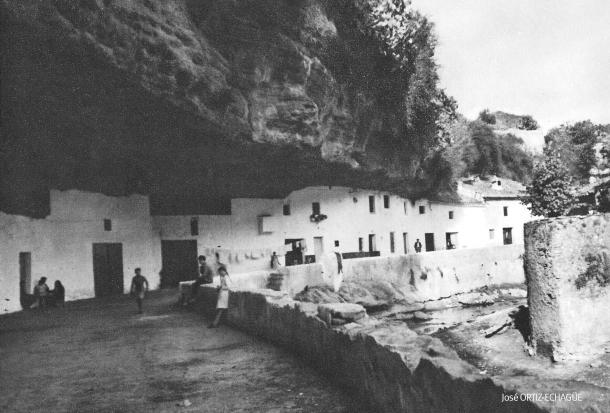 Las Cuevas del Sol fotografiada por el fundador de la Seat, el historico fotógrafo Ortiz Echagüe.Más información aquí https://goo.gl/13srfv