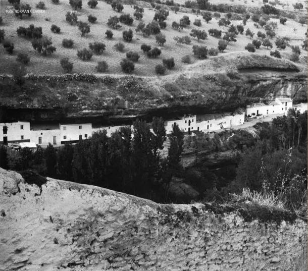 Carver muestra su asombro por la originalidad de las calles construidas al abrigo del acantilado formado por el río Guadalporcún. Foto: NORMAN F. CARVER