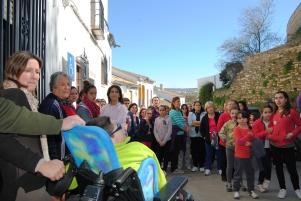 Rosario y Miguel reciben el aplauso de unas 200 personas congregadas en la salida de la Marcha. Foto: ÁNGEL MEDINA LAÍN.