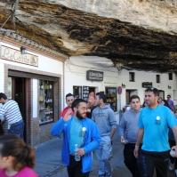 Sebastián Zamudio y Bartolo Villalón, puntales en la organización de la Marcha con Miguel. Aquí , al paso por las Cuevas de la Sombra. Foto: ÁNGEL MEDINA LAÍN