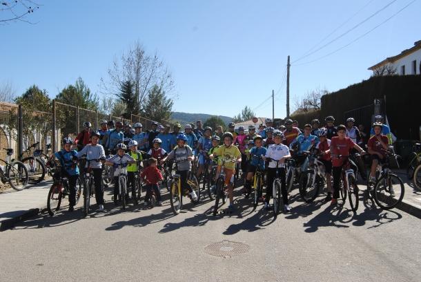 La Marcha en Bici se celebró en la tarde del sábado y tuvo protagonismo infantil. La cantera ciclista está asegurada. Aquí los vemos en el momento de la salida antes de recorrer 20 kilómetros. Foto: ÁNGEL MEDINA LAÍN