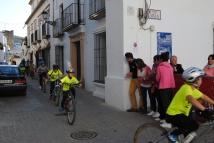 """Algunos pequeños ciclistas, a su llegada a la """"meta"""" de la Villa, donde los encargados de la Barra hicieron un alto para aplaudirles. Foto: ÁNGEL MEDINA LAÍN"""