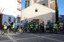 Los ciclistas posan delante de la Iglesia, donde se celebrarían el domingo el espectáculo de Danza Mobile & Cía José Galán y el Certamen de Bandas. Foto. ÁNGEL MEDINA LAÍN