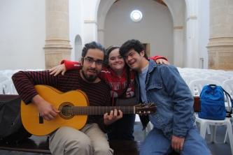 Antonio Roldán, guitarrista y profesor en Danza Mobile, prueba sonido antes del espectáculo. Posa con Reyes Vergara y Heliott Baeza. Foto: ÁNGEL MEDINA LAÍN