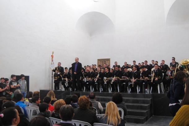 Pedro Marín, Hermano Mayor de Los Negros, presentó a las bandas. En el escenario, juto a la agrupación de Arriate. Foto: ÁNGEL MEDINA LAÍN