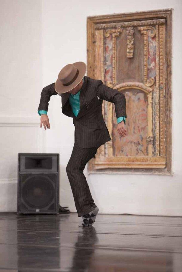 José Galán, director de la compañía, durante su actuación en el improvisado escenario en el altar de la Iglesia de la Encarnación. Foto: PEDRO CABALLERO
