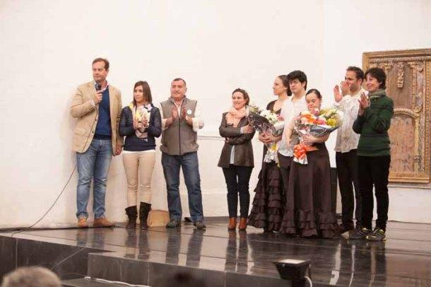 """El periodista Álvaro Moreno de la Santa, director de """"Más que Noticias"""" de Canal Sur TV, condujo la gala solidaria. En la imagen, junto a Myriam Ruiz, sus padres, Miguel y Rosario, y los bailaores tras la actuación. En la esquina derecha de la imagen, de verde, Esmeralda Valderrama, directora de Danza Mobile, a la que debemos que se pudiera celebrar este Festival Solidario. Foto: PEDRO CABALLERO"""