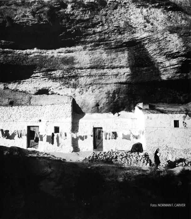 Ropa tendid en Las Cuevas de la Sombra. En los años setenta era habitual que la ropa se lavase en el río. Foto: NORMAN F. CARVER