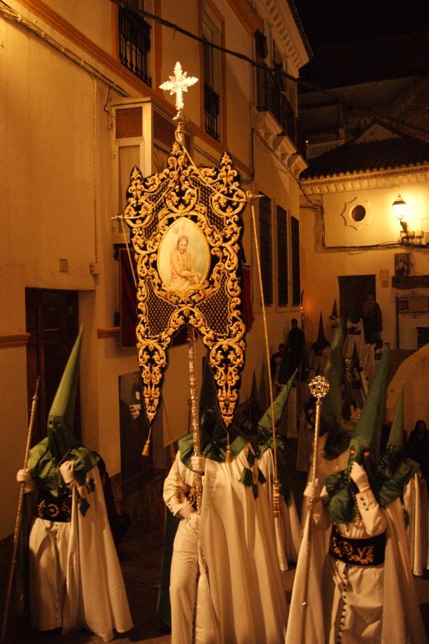 La Semana Santa comienza con la procesión del Amarrao. Aquí vemos el estandarte encarando la dura subida de la calle Cádiz. Foto: LOLI CALVENTE