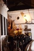 El paso del trono barroco del Amarrao por la esquina del antiguo Ayuntamiento es uno de los momentos culminantes de la Semana Santa de Setenil, con los costaleros apoyados en la albarrá. En esta foto hay unos estupendos paralelismos con el Sagrado Corazón de la Oficina de Turismo y un equilibrado juego de sombras. Foto: LOLI CALVENTE
