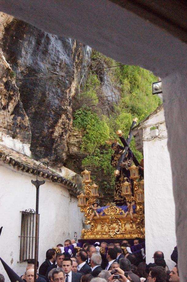 Excelente vista de la llegada de Padre Jesús al recodo de la calle Cantarería, donde se vive uno de los momentos más espectaculares de la Semana Santa de Setenil. Foto: LOLI CALVENTE
