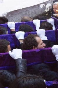 El entramado urbano obliga a un sobreesfuerzo a los hermanos que llevan el trono. Foto: LOLI CALVENTE
