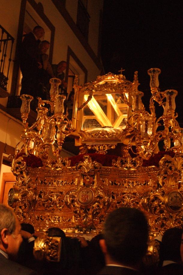 El solemne Trono del Santo Entierro, con el Cristo de la Veracruz (una bella talla del siglo XVI), en la subida de la calle Cadiz. Foto: LOLI CALVENTE