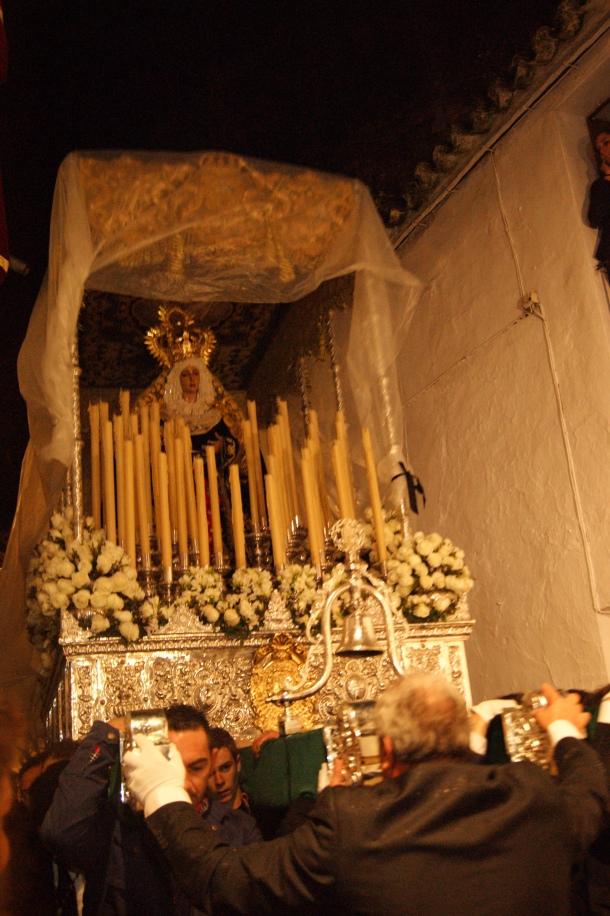 Los Blancos protegen el palio de la Virgen de los Dolores en su recogida. Foto: LOLI CALVENTE