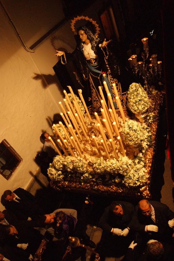 """La Soledad, de 1969, es un hermoso trono, que combina detalles de las """"dolorosas"""" como la indumentaria, la candelería o las siete lágrimas con la ausencia de palio propia de las """"vírgenes de Gloria"""". Foto: LOLI CALVENTE"""