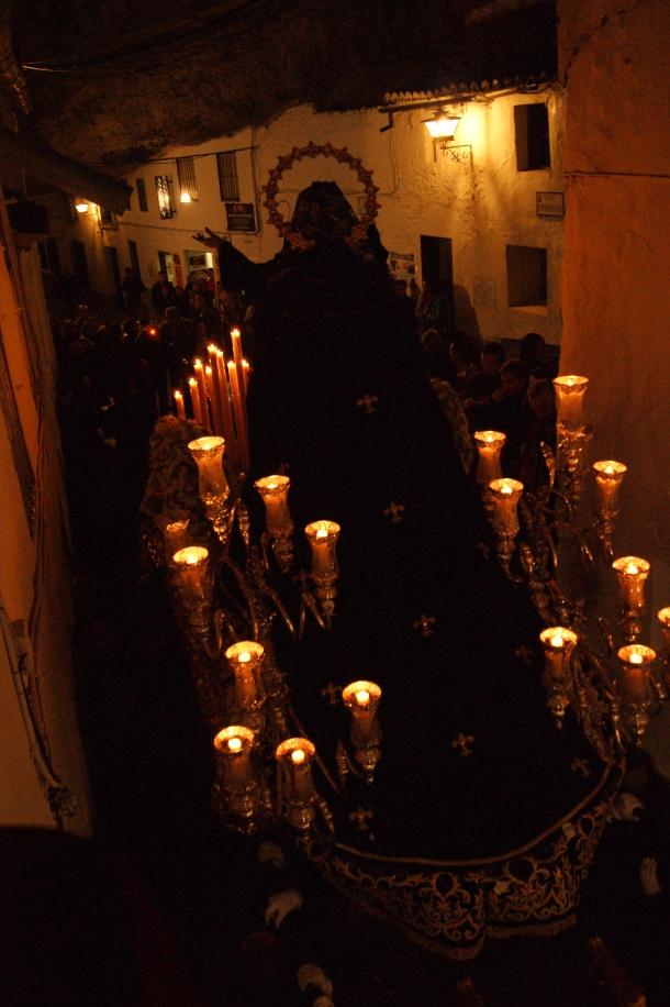 La Soledad hace un recorrido inverso a las demás procesiones. Aquí la vemos de espalda en el momento de comenzar la impresionante  subida de la Cantarería. Foto: LOLI CALVENTE