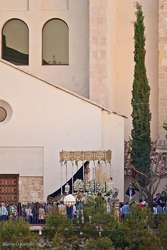 La Virgen de los Dolores procesiona por primera vez delante de la renovada fachada de la Iglesia de la Encarnación, en un encuadre geométrico del fotógrafo. Foto: MARIO GARCÍA VARGAS.