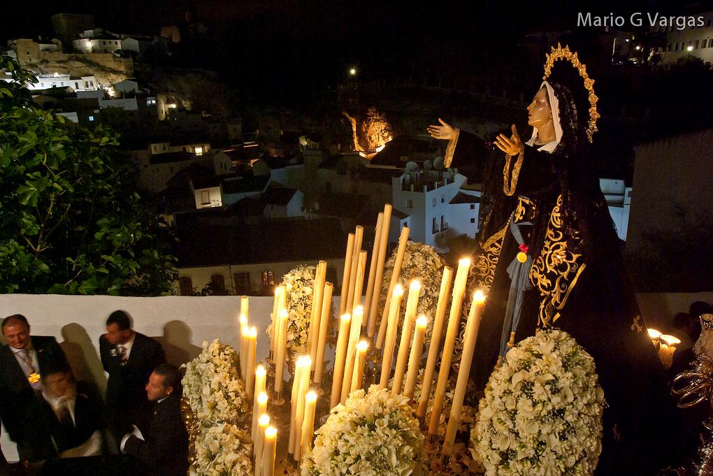 La Soledad, en el díficil trance de la subida de la Cantarería, con la Villa y El Carmen iluminados al fondo. Foto: MARIO GARCÍA VARGAS.