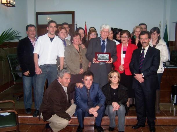 Cristóbal Andrades recibió el homenaje de Setenil en marzo de 2008. En la imagen, con su familia setenileña, algunos de sus hijos y nietos franceses, y el alcalde de Setenil, Cristóbal Rivera. Foto: ÁNGEL MEDINA LAÍN.