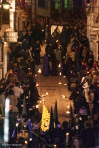 La Cruz desciende por el pecho de la Plaza, en camino inverso al recorrido de Padre Jesús. Foto: ÁNGEL MEDINA LAÍN