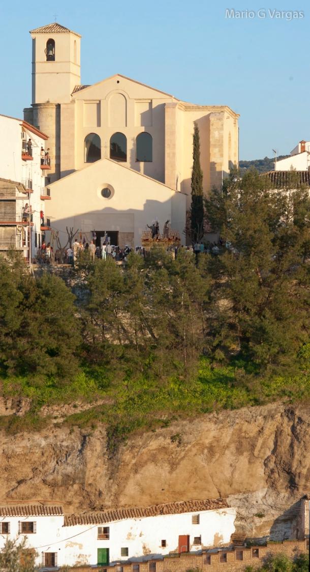 Primera salida del Amarrao  de la Iglesia de la Villa recién restaurada, con la plaza abarrotada en el inicio de la Semana Santa de 2014. Abajo, Las Calcetas, una calle que asombra a los visitantes y que está en estado de semiabandono. Foto: MARIO GARCIA VARGAS