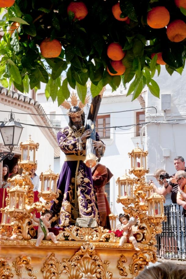 Imagen de Padre Jesús, en el difícil giro de acceso a la plaza, con los primaverales naranjos del Bar Domínguez en primer plano. Foto: MARIO GARCÍA VARGAS