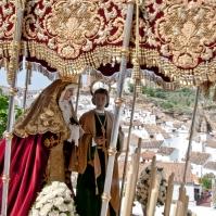 El palio de la Virgen desciende el Viernes Santo por la Cantarería, con el pueblo blanco de fondo. Foto: MARIO GARCÍA VARGAS