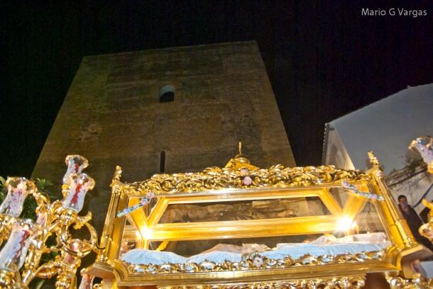El Santo Entierro pasa por delante del Torreón, en la noche del Viernes Santo. Foto. MARIO GARCÍA VARGAS