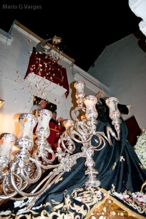 La Soledad recibe una lluvia de pétalos en la salida de San Benito. Foto: MARIO GARCÍA VARGAS