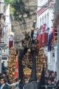 Padre Jesús procesiona por la calle Ronda, tras superar el recodo de la Calle Cantarería y Las Cuevas de la Sombra en uno de los momentos estelares de la Semana Santa de Setenil. Esta imagen refleja la bulla primaveral de este día grande. Foto: ÁNGEL MEDINA LAÍN