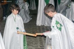 Juegos de cera entre los penitentes más jóvenes. Foto: ÁNGEL MEDINA LAÍN