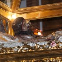 Impresionante imagen del Cristo yacente en la urna. Foto. ÁNGEL MEDINA LAÍN