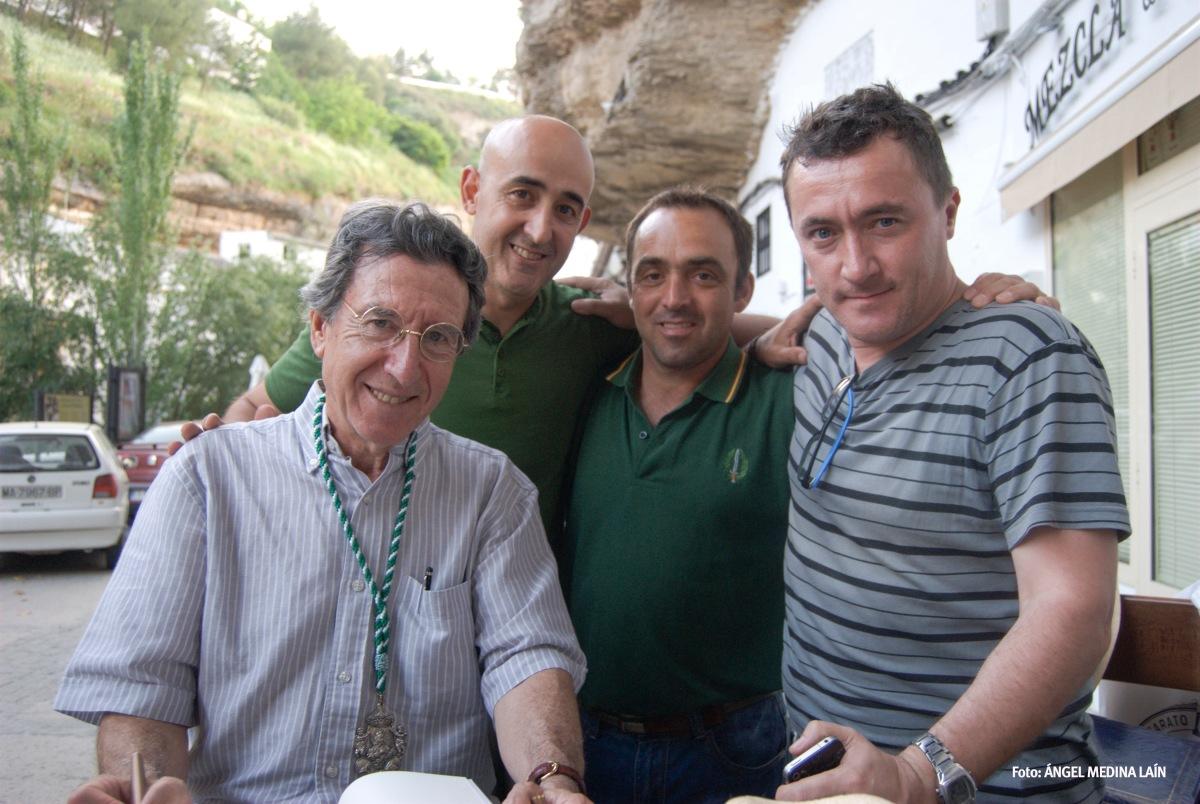 Ezequiel posa Rafael Vargas, Rafael Domínguez Cedeño y Pedro Andrades, tres humildes blogeros enamorados de su pueblo. Foto: ÁNGEL MEDINA LAÍN
