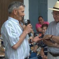 Sebastián Guzmán cuenta a Ezequiel cómo es el trabajo en el meritorio invernadero que ha montado en Los Vaqueros. Foto. ÁNGEL MEDINA LAIN